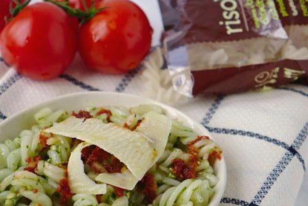 Těstoviny Risolino s pesty se sušených rajčat a bazalky